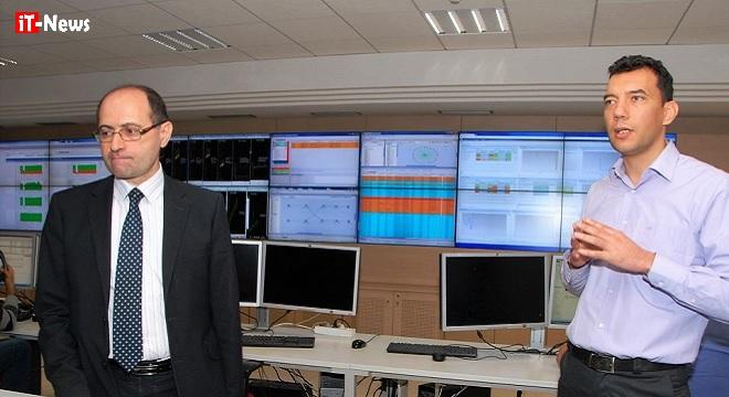 - Hatem-Mestiri-Yosri-Ayadi-Des-médias-AU-centre-névralgique-d'Ooredoo-Tunisie-Data-Center-0